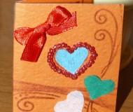 Открытка ручной работы: сердца и атласный красный бантик