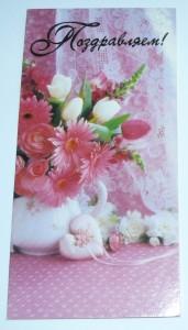 Букет цветов на фоне тюля