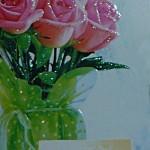 открытка для мамы с букетом роз в вазе