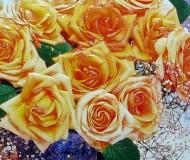 оранжевые розы в синей вазе